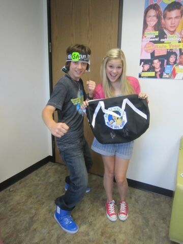 File:Olivia-and-leo-olivia-holt-23811991-400-533.jpg