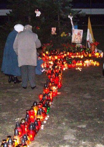 Plik:Wrocław msza rocznica smierci papieża hotel wroclaw wieczorem.jpg