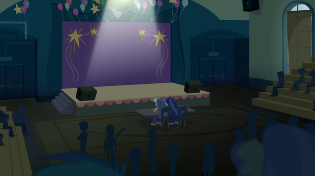 Arquivo:Stage before the Dazzlings' performance EG2.png