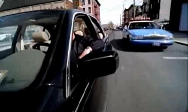 Archivo:Grand Theft Auto 2 The Movie - Claude siendo perseguido por la patrulla de policía.png