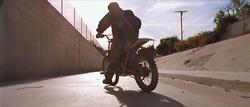 John parando la moto