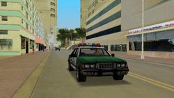 Policia patrullando centro de la ciudad.PNG