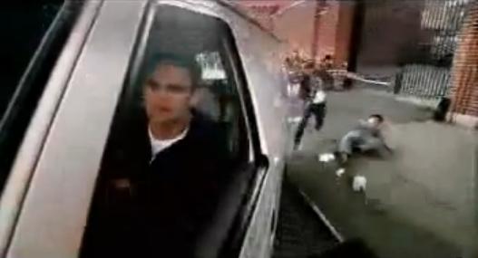 Archivo:Grand Theft Auto 2 The Movie - Claude dejando atrás a los Cuellos rojos.png