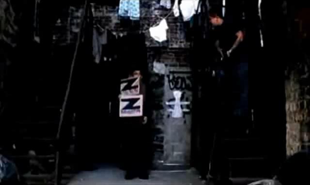 Archivo:Grand Theft Auto 2 The Movie - Claude dejando las cajas de los Zaibatsu.png