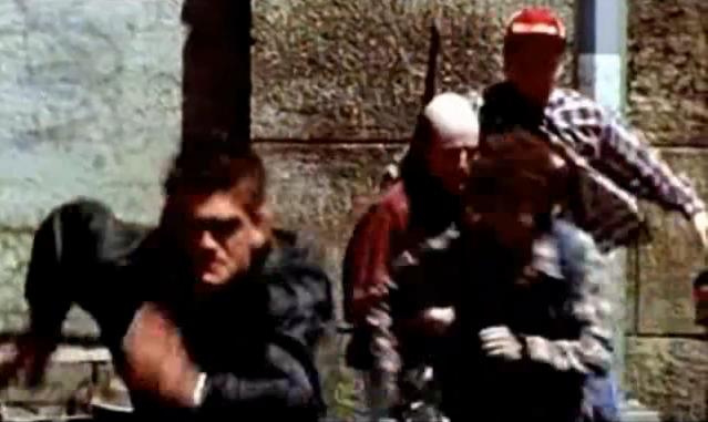 Archivo:Grand Theft Auto 2 The Movie - Cuellos rojos persiguiendo a Claude.png
