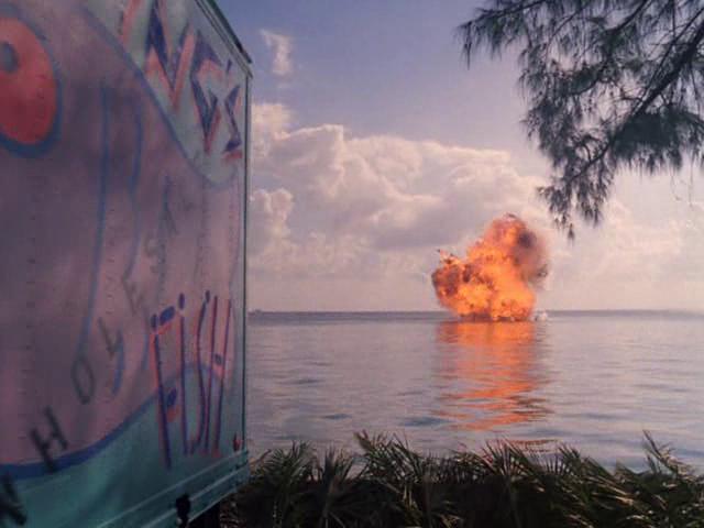 Archivo:80th Vice Amor Prohibido explosión barco II.png
