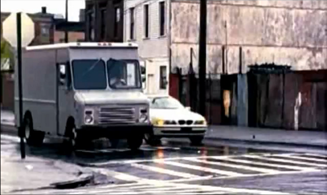 Archivo:Grand Theft Auto 2 The Movie - Claude deteniendo su automóvil.png