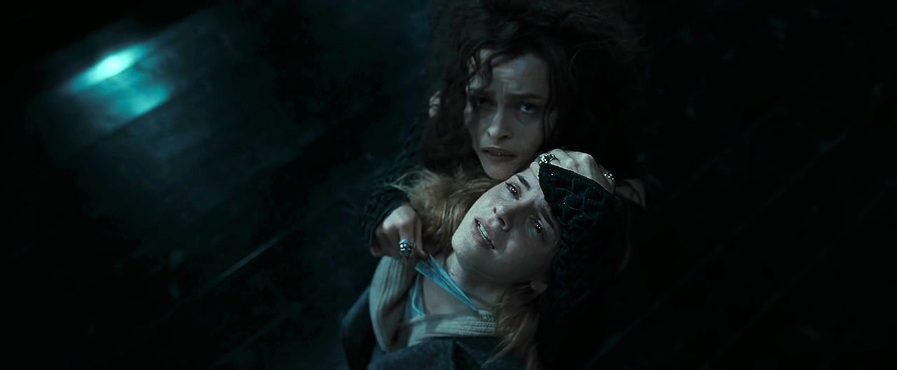 Bellatrix torturando a Hermione.png