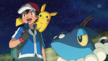 EP895 Ash con Frogadier (3).png