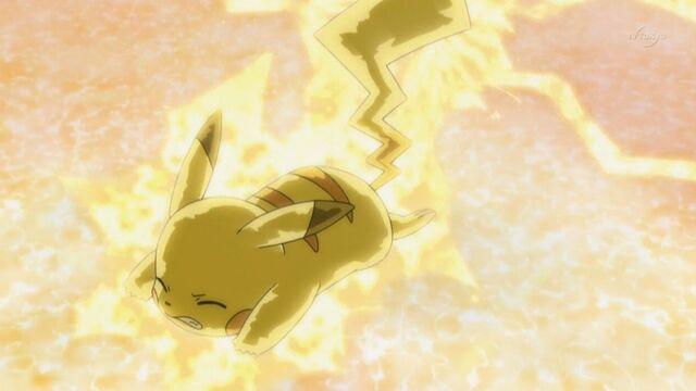 Archivo:EP661 Pikachu sufriaendo por rayo de zekrom.jpg