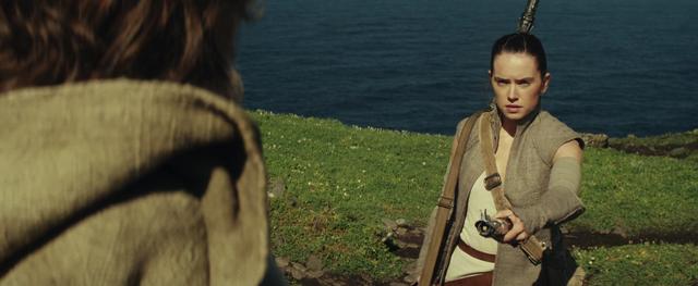 Archivo:Rey hands Luke Skywalker his old lightsaber.png