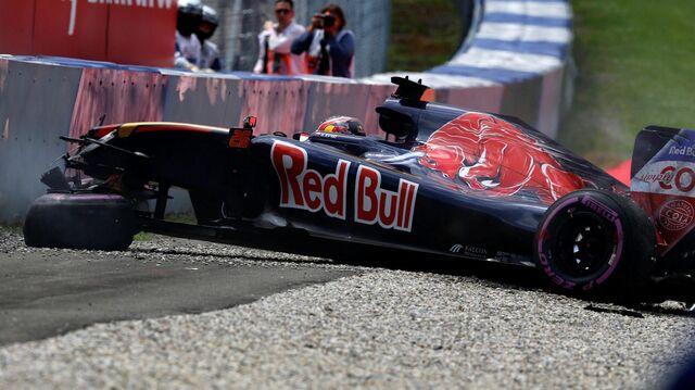 File:Daniil Kvyat crash 2016 Austrian Grand Prix qualifying.jpg