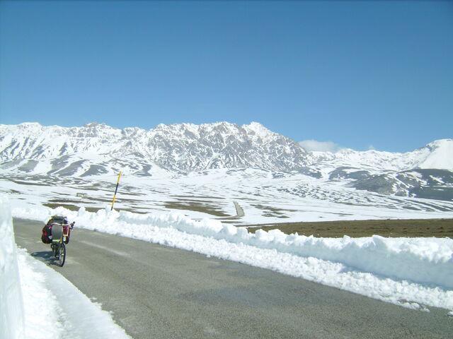 Datei:Campo Imperatore Schnee Blick zurueck.jpg