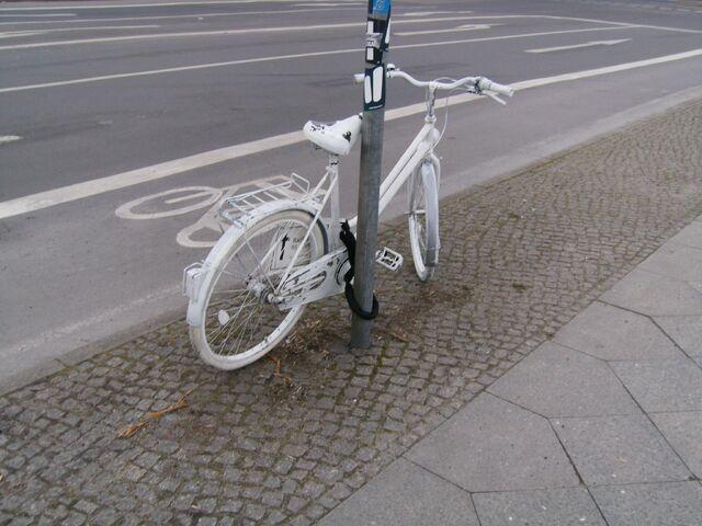 Datei:Geisterrad - Berlin - Bethaniendamm - Köpenicker Str.jpg