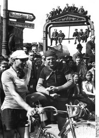 Datei:Bundesarchiv Bild 183-R99442, Berlin, Rennfahrer beim Radrennen Berlin-Cottbus-Berlin.jpg
