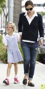 Jennifer-garner-after-school-snack-time-11
