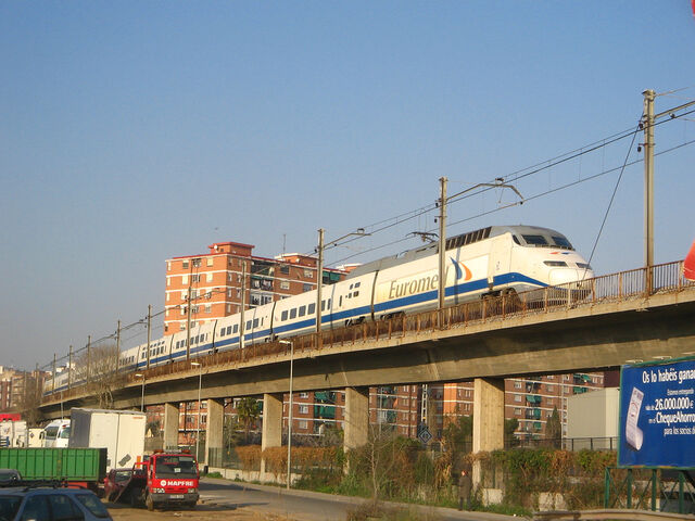 Archivo:Euromed on viaduct through cityscape.jpg