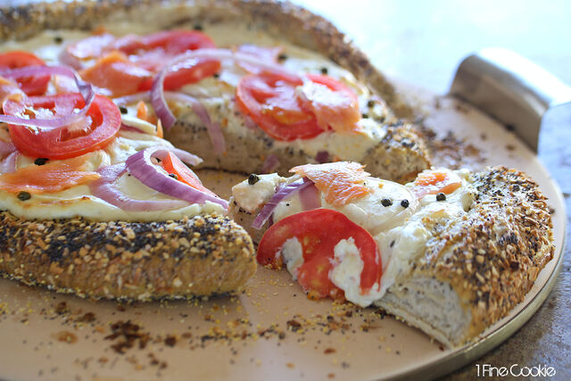 File:Creamy-New-York-Everything-Bagel-and-Cream-Cheese-Pizza-with-Lox-by-1-Fine-Cookie.jpg