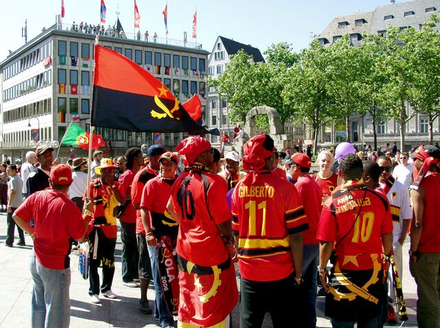 Archivo:Fans of the Angolan national football team in Cologne.jpg