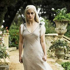 Дейенеріс у платті, котре їй подарував <a href=