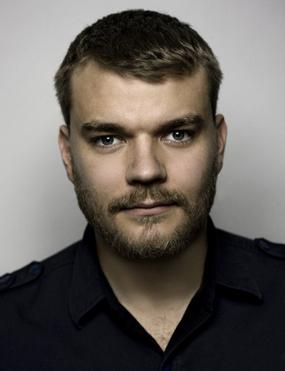 Datei:Pilou Asbæk.png