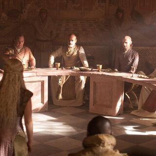 Дейенеріс веде переговори з представниками Тринадцяти.