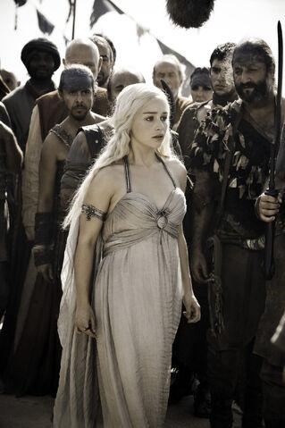 File:Daenerys Wedding Dress Full 101.jpg