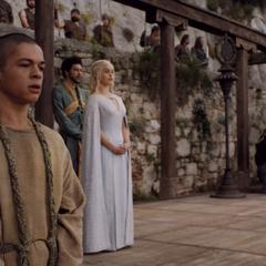 Missandei stoi nlisko królowej, <a href=