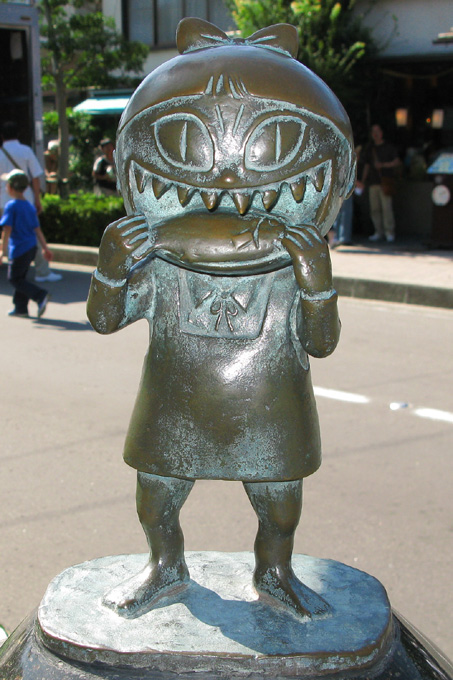 File:Neko-Musume statue.jpg