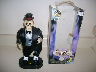 Gemmy HIP SWINGING SKELETON PLAYS ''Puttin' On The Ritz'' While Dancing New in Box 2