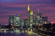 Frankfurt Am Main-Stadtansicht von der Deutschherrnbruecke zu Beginn der Abenddaemmerung