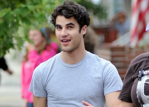 File:Darren-criss-on-set-500x360.jpg