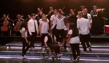 File:Glee-cast-avril-lavigne-keep-holding-on.jpg