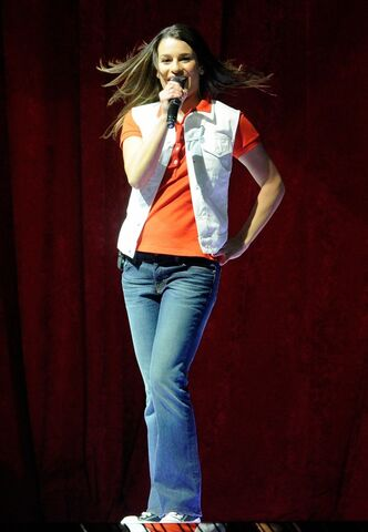 File:Lea-michele-dianna-agron-glee-live-in-concert-14.jpg