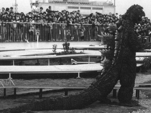 File:GT3HM - Godzilla Being Viewed By A Crowd.jpg