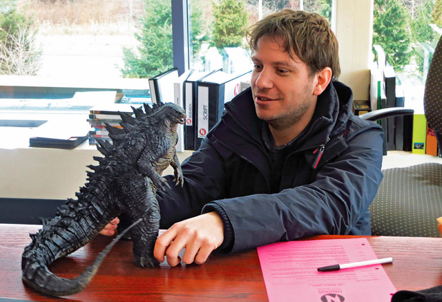 File:Godzilla 2014 Art of Destruction - Gareth Edwards and LegendaryGoji Figure.png