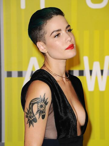 File:Halsey-2015-mtv-video-music-awards-at-microsoft-theater-in-los-angeles 20.jpg