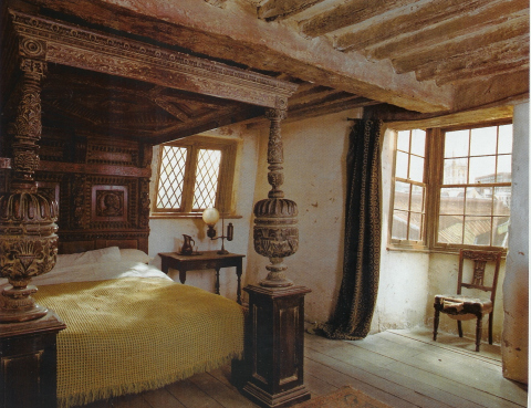 File:Bedroom-leaky cauldron1.jpg