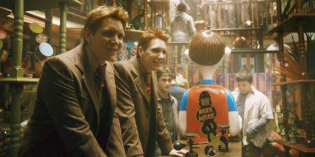 File:Fred and George at their WWW joke shop.jpg
