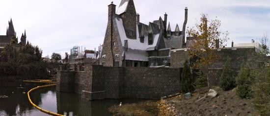 File:Three Broomsticks Inn, Hogwarts Castle and Hogwarts Lake (WWoHPTP).jpg