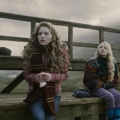 Лаванда и Полумна болеют за Гриффиндор