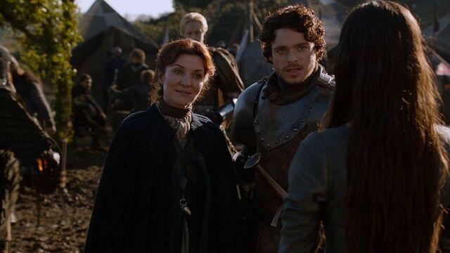 Archivo:Robb presenta a Talisa ante Catelyn HBO.jpg