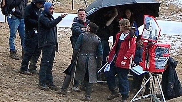 Archivo:Jon-snow-wearing-brown-on-set.jpg