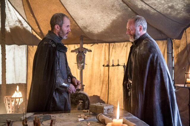 Archivo:Stannis Davos campamento HBO.jpg