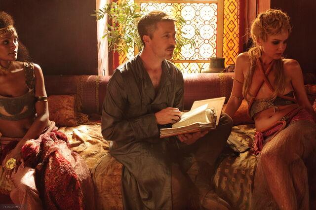 Archivo:Petyr administrando burdeles HBO.jpg