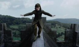 Bran trepa por Invernalia HBO.jpg