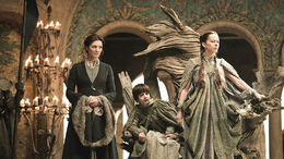 Catelyn, Robert y Lysa en juicio de Tyrion HBO.jpg