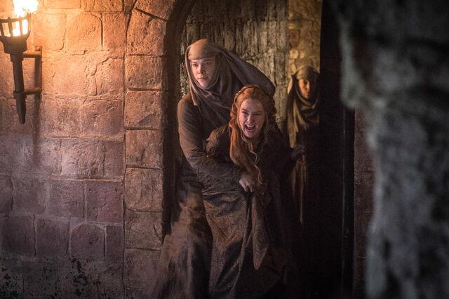 Archivo:Cersei arrestada por la Fe HBO.jpg