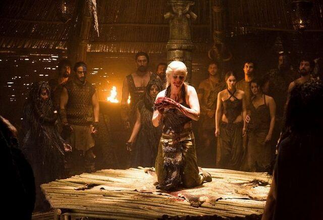 Archivo:Daenerys comiendo corazón de caballo.jpg