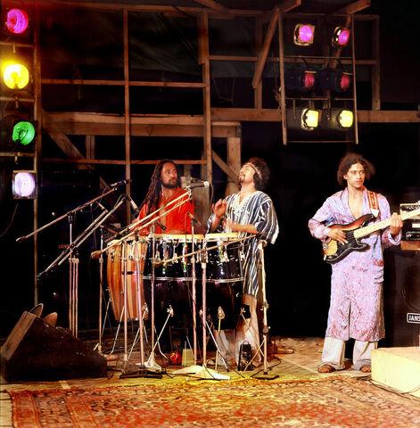 File:Mahana on main stage at Nambassa 1979.jpg